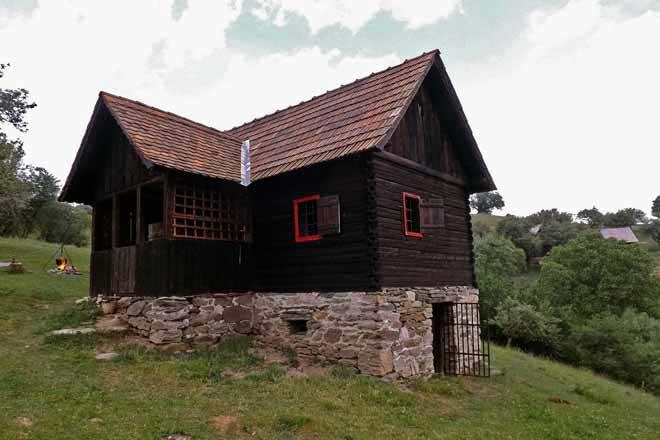cabane en bois dans les montagnes des carpates en roumanie